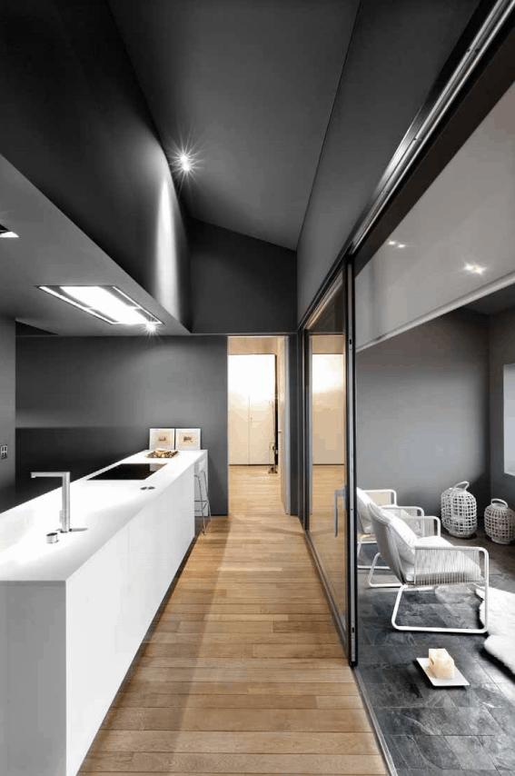 Parquet e Divano bianco 2di legno in Design e letteratura